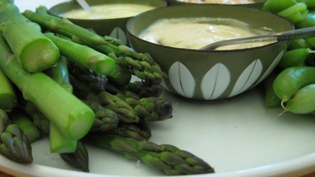 asparagus with aioli hummus and chipotle cream cheese